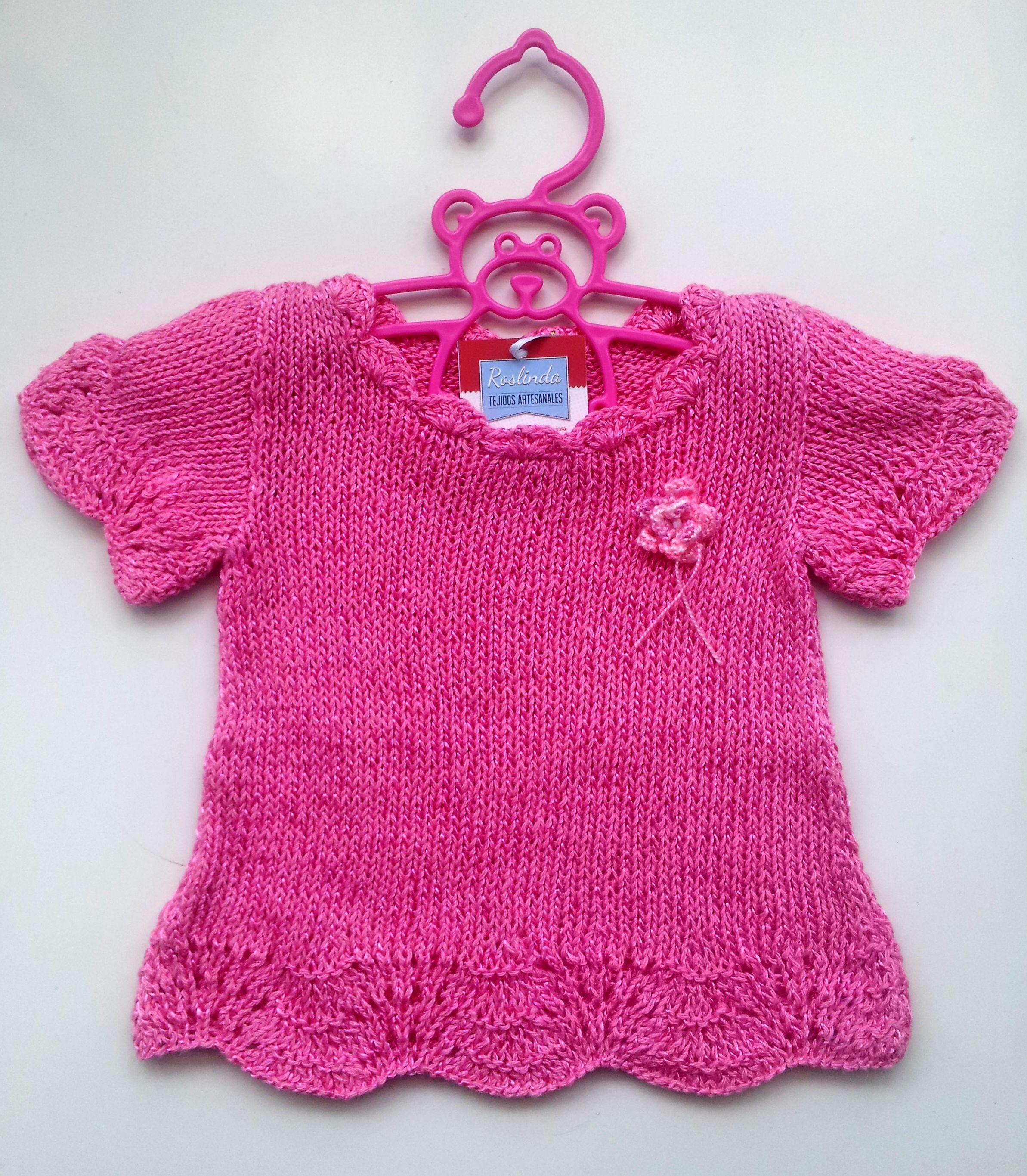 d88b22fcc Remera para nena, tejida a dos agujas, con borde de ondas y flor tejida al  tono