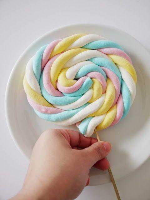 Pirulitos gigantes feitos com Marshmallow para festinhas infantis.     Estes dias eu postei um colar de Marshmallow super fofo!! Agora um p...