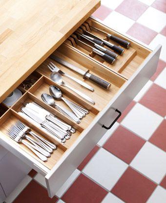Salatbesteck aus Bambus und Messerfach in einer Schublade - schubladen für küchenschränke