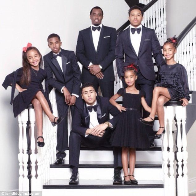 Diddy Poses With His Six Children For Family Christmas Card Family Holiday Photos Celebrity Families Family Photoshoot