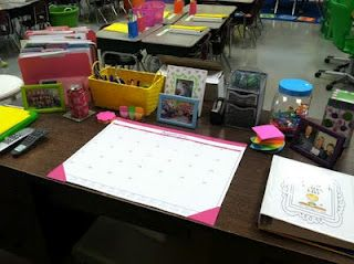 Organized Teacher Desk Love It Classroom Teacher Desk Decorations Classroom Layout