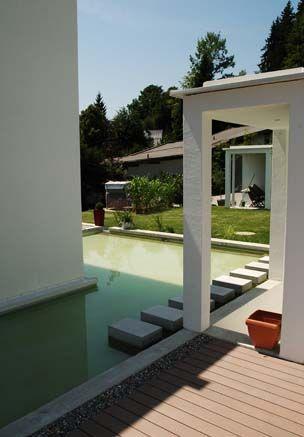 Modernes Anwesen mit halbseitig um das Haus umlaufenden Pool und