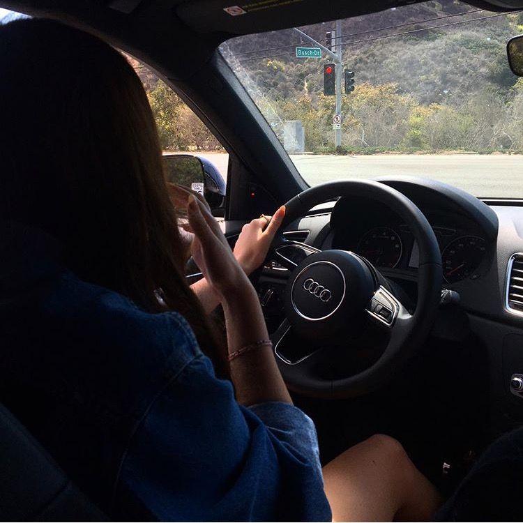 Картинка на аву девушка в машине без лиц