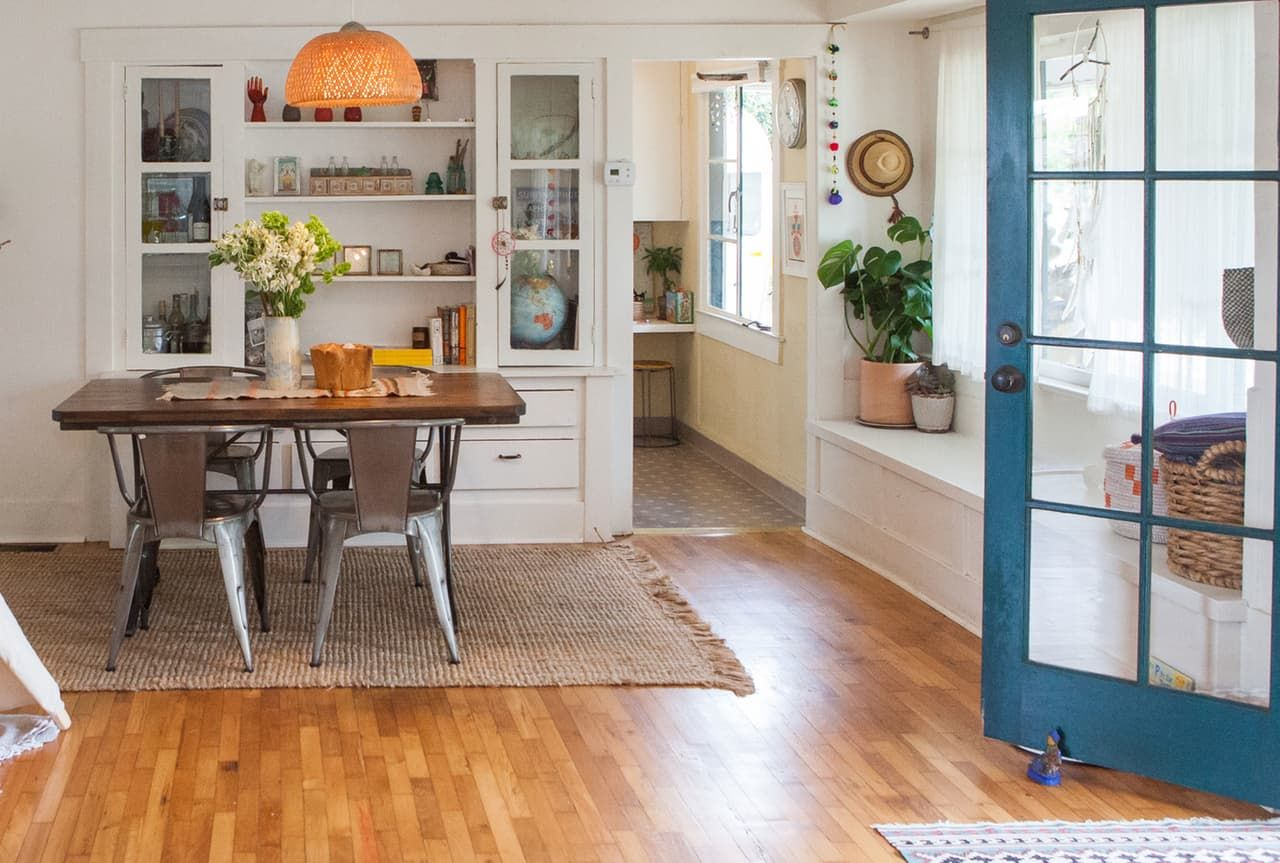 House tour a cheerful beach y modern california for Decorating 1920s bungalow