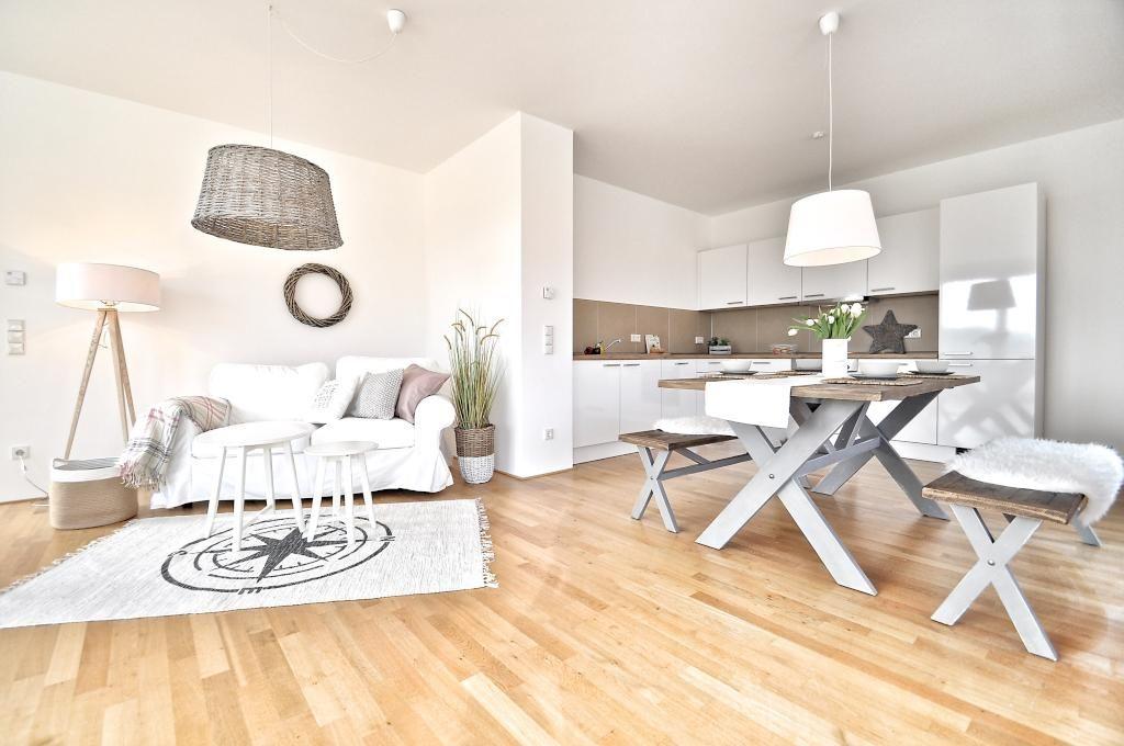 Einbauküche in Weiß mit offenem Wohnbereich #interior