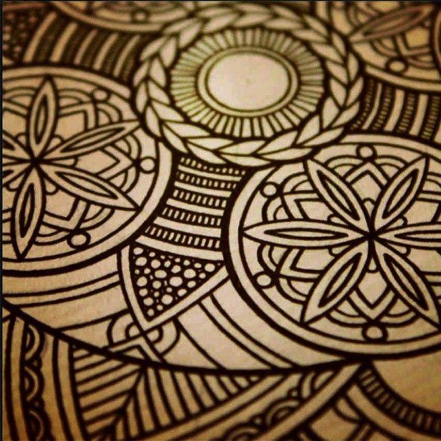 Красивую роспись дерева можно сделать в технике дудлинг (бессознательный рисунок) или при помощи пирографии (выжигания). В такой технике делает свои работы художник-иллюстратор Янина Миронова. На фото ее работа. А я то не знала как называется такой рисунок. Он меня бессознательно получается когда я что-то пытаюсь рисовать. Теперь буду знать новые слова))) #рисунок #графика #дудлинг #дудл #арт #doodle #doodles #drawing #artist #art #орнамент #пирография #выжигание #рисунок