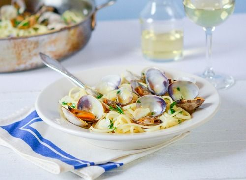 Imagine these clams and this linguine being in your face. Yeah, that should make your day.