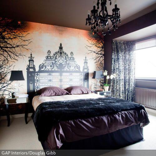 Das Schlafzimmer mit der aufwändigen Wandgestaltung durch das