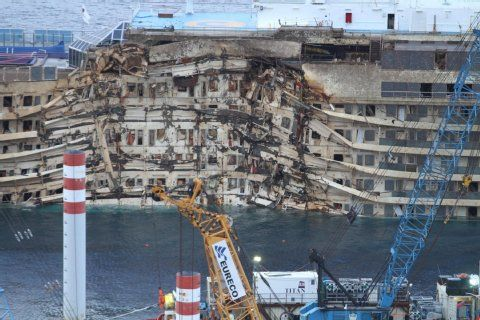 Bergung: Costa Concordia schwimmt wieder   Costa Concordia- Frankfurter Rundschau