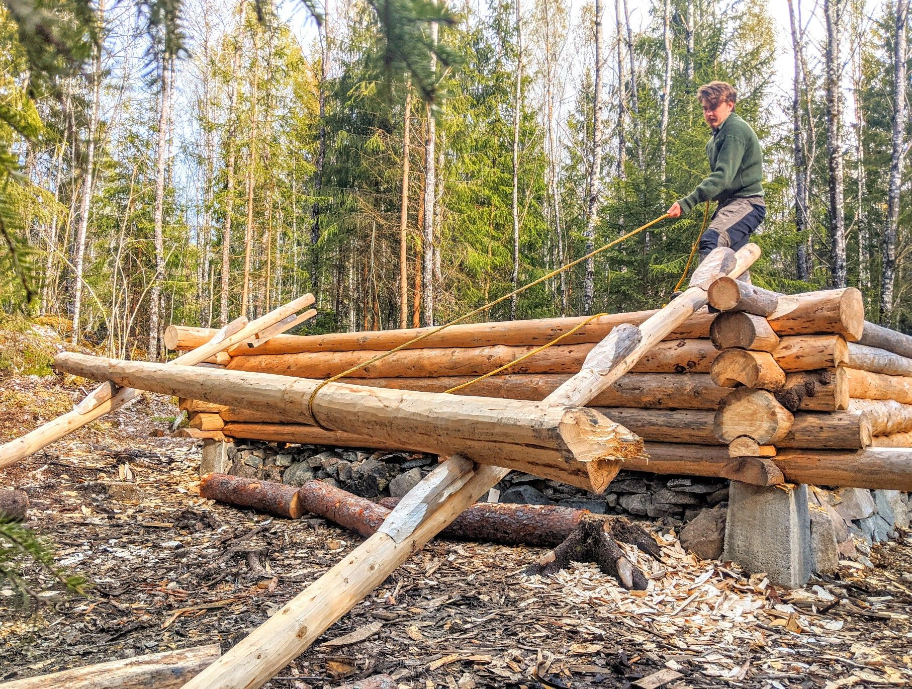 How to lift heavy logs onto log cabin by yourself using