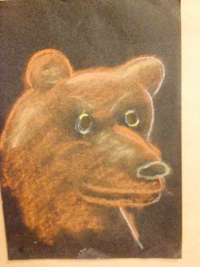 Open piirtämä esimerkkkityö karhusta taululle. Lapset seurasivat alusta loppuun. (Alkuopettajat FB -sivustosta / Maria Marttila)