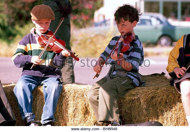 Young Boys playing Violin Fiddle Music, Children Fiddler Musicians Players at Farm Fair, Port Townsend, Washington - Stock Image