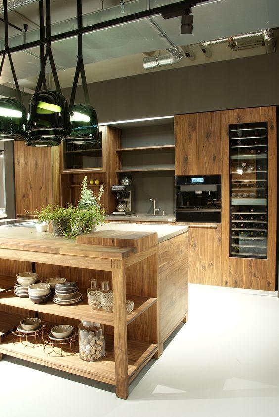 Große, moderne Küche mit Kücheninsel und viel Stauraum - moderne luxus wohnzimmer