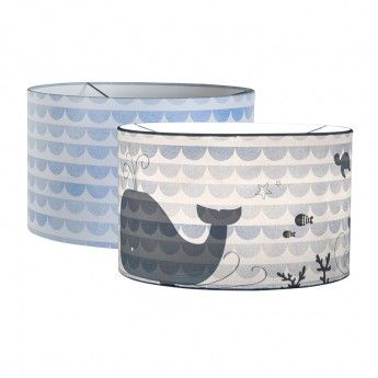 Suspension silhouette – Blue Waves – Ø30 cm – Little Dutch  La suspension silhouette Blue Waves est un luminaire original qui a plus d'un tour dans son sac pour décorer et illuminer la chambre de votre enfant. A première vue, on ne voit que des vagues bleues régulières sur l'abat-jour. Une fois allumée, elle révèle un environnement sous-marin peuplé de baleines et de poissons.