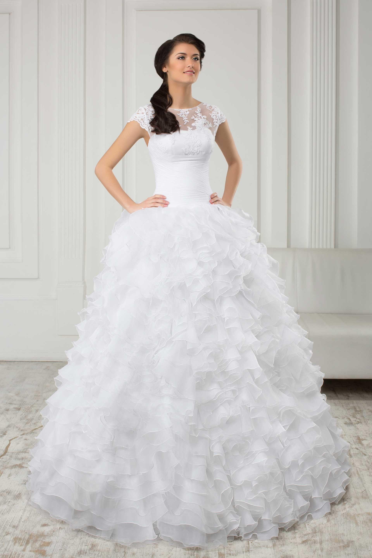 acca5a8e90ee Krásne svadobné šaty so širokou volánovou sukňou a čipkovaným vrškom ...