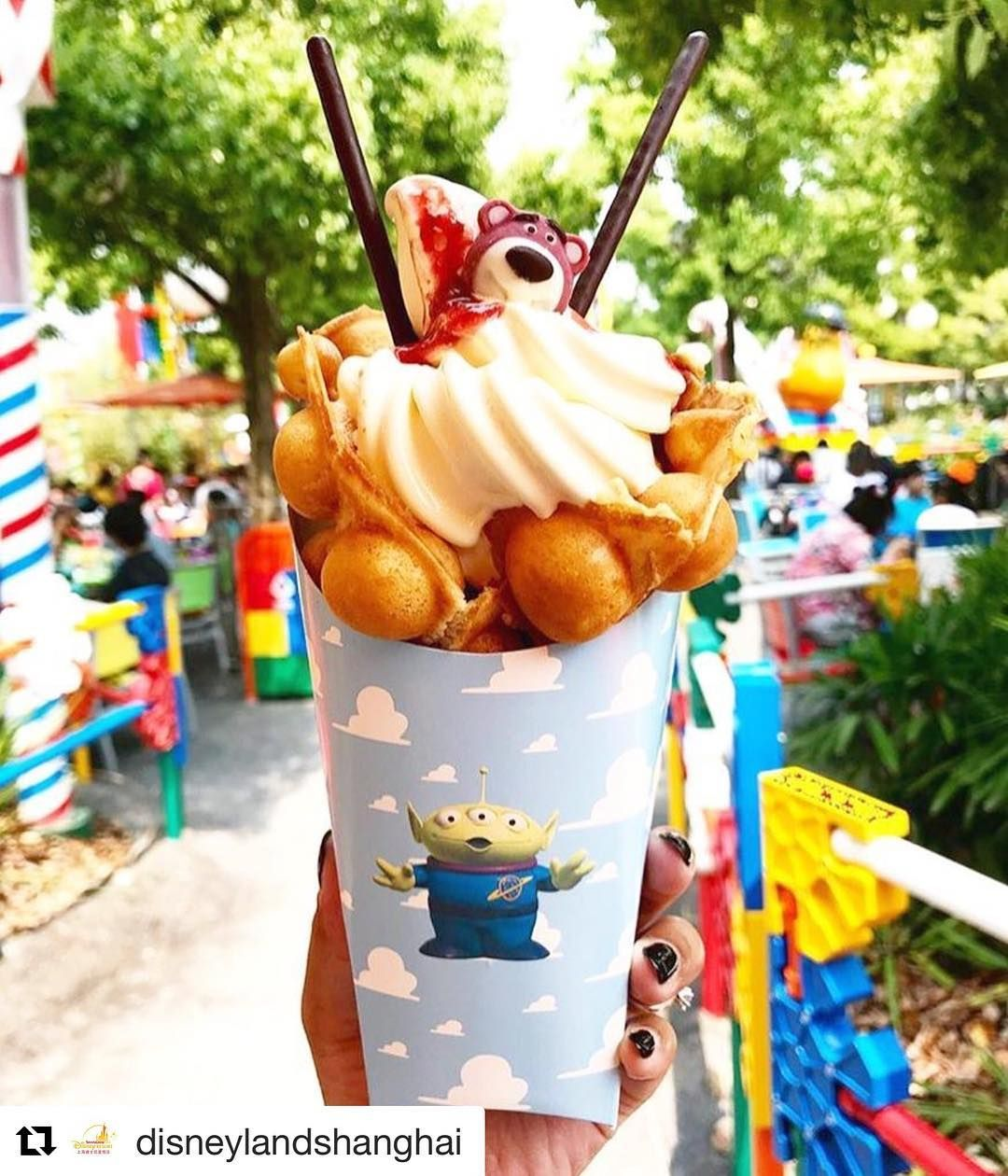 Disney Treats and Eats You Must Try #disneylandfood