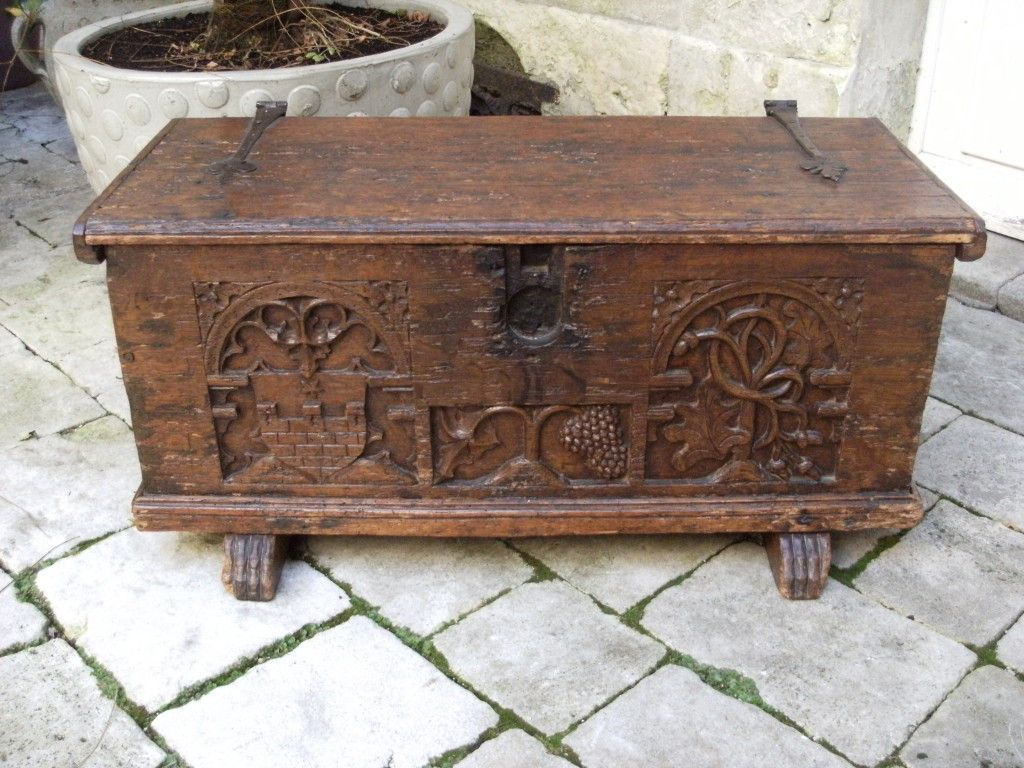 coffre ancien en bois sculpt 17 me boxes and luggage. Black Bedroom Furniture Sets. Home Design Ideas