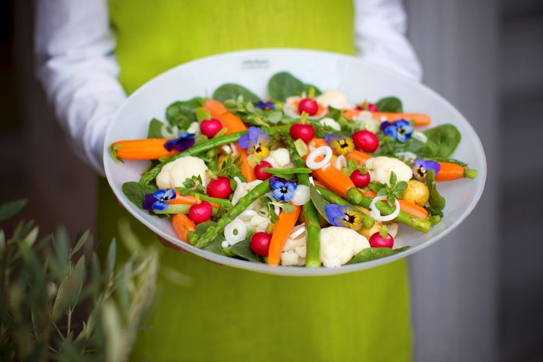 Krispig sommarsallad på läckert JellyBean-fat! Summer salad on white dish from JellyBean Sweden. #jellybeansweden, http://www.jellybean.se/produkter/upplaggningsfat-65/upplaggningsfat.html