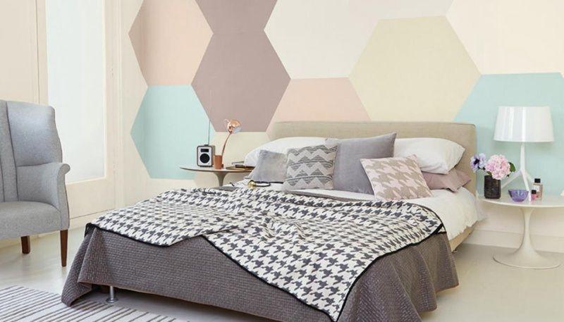 Geometrische Motive In Pastellfarben An Der Wand Im Schlafzimmer