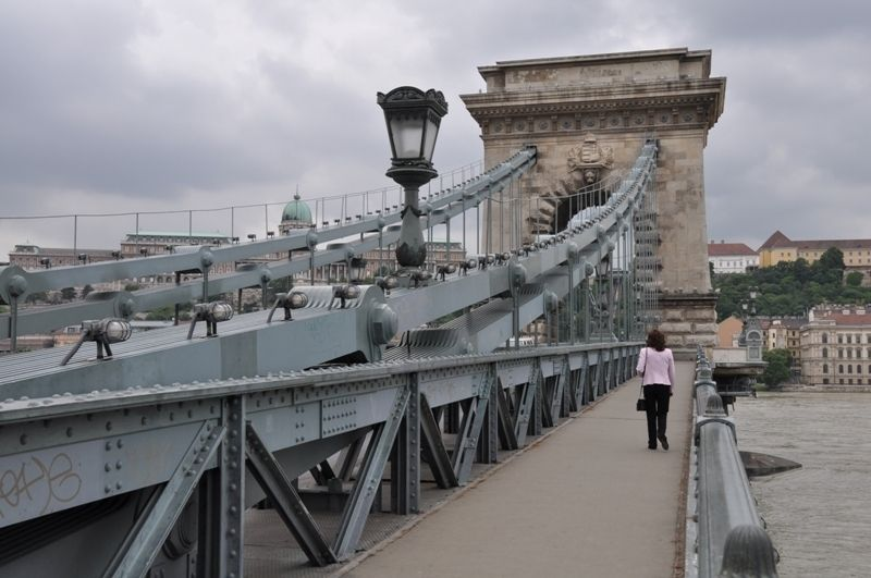 Prvým mostom, ktorý preťal Dunaj a spojil Budín s Pešťou, bol Sečéniho reťazový most.