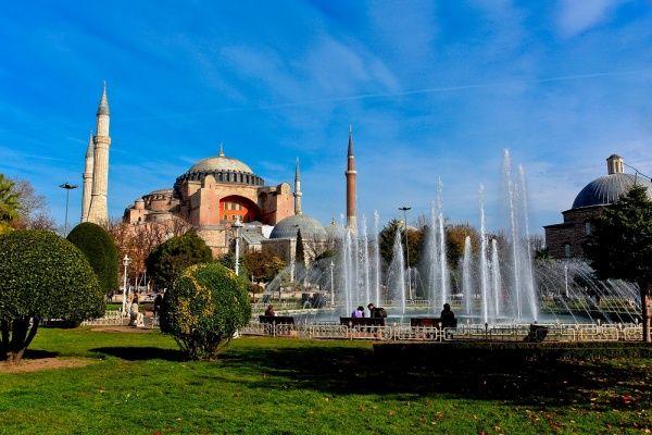 Ayasofya -İstanbul  Bizans İmparatoru I. Jüstinyen tarafından M.S. 532 - 537 yılları arasında İstanbul`un tarihi yarımadasındaki eski şehir merkezine inşa ettirilmiş bazilika planlı bir patrik katedrali olup, 1453 yılında İstanbul`un Türkler tarafından alınmasından sonra, Fatih Sultan Mehmet tarafından camiye dönüştürülmüştür. 1935 yılından beri ise müze olarak hizmet vermektedir.