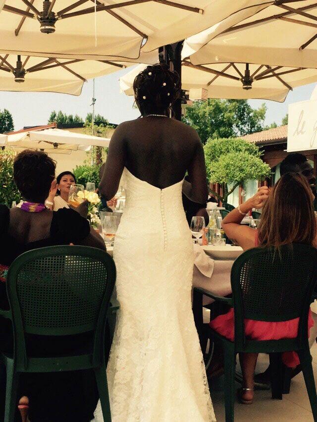 Dalla linea molto sagomata l'#abito da #sposa scelto da Caroline è stato realizzato con il miglior #pizzo #rebrodé. #unasposatirapani #weddingday #tirapani #sposavera
