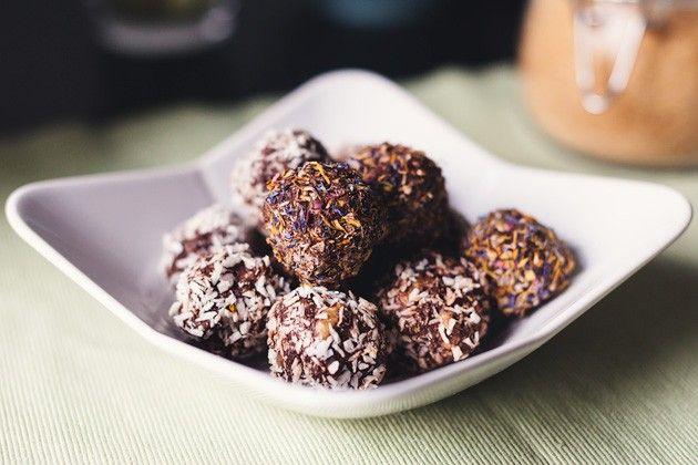 Snack  http://www.veganguerilla.de/cranberry-walnuss-schokolade/