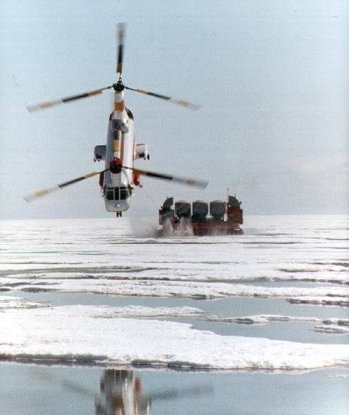 Kuva: Kaikkea sitä internetistä löytyykin. Vuonna 1975 ovat ihan tosissaan suunnitelleet helikopterille peräkärryä ilmatyynyaluksesta. Kuvassa kopteri vetää hoverbargea pitkin kotoisen näköistä jääkenttää... hullujen touhua :-D  Tästä saat ladattua jenkkien tekemän studyn aiheesta: rafhovercraft.fi/images/HelicopterTowedHoverbarge.pdf