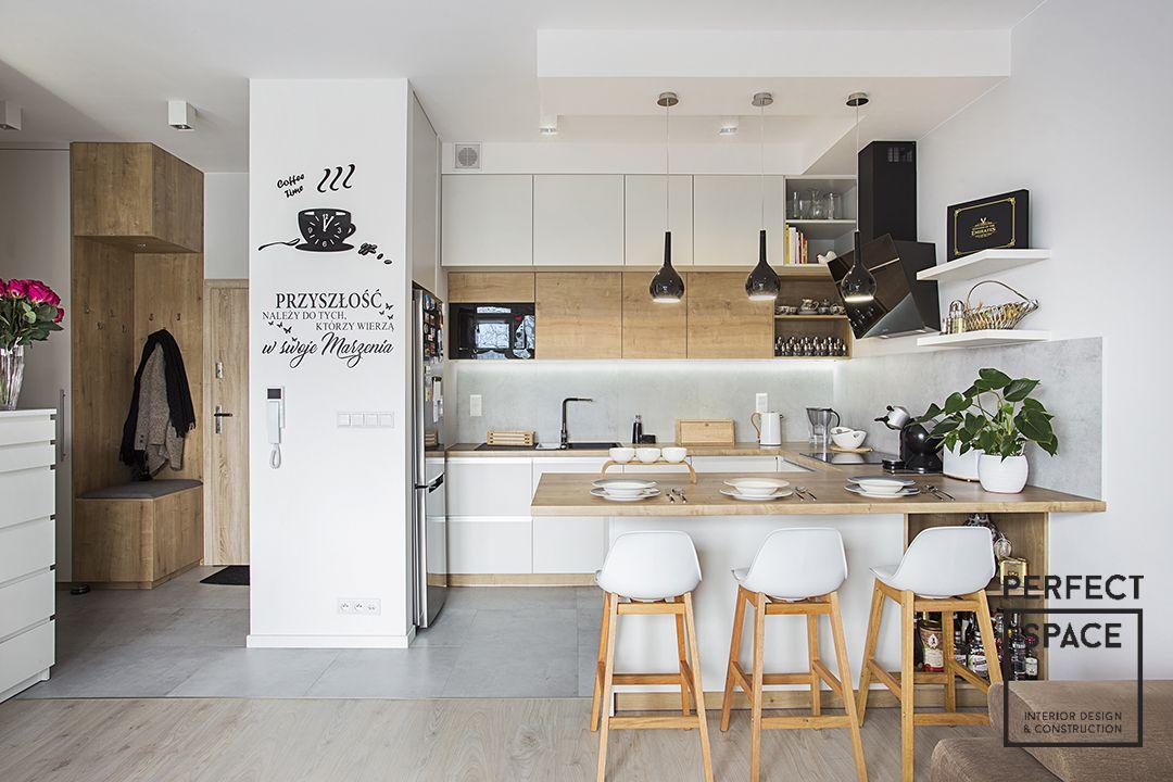 Klasyczna Biala Kuchnia Z Drewnianym Blatem I Barem Kuchennym Interior Design Kitchen Small Kitchen Design Interior Design Kitchen