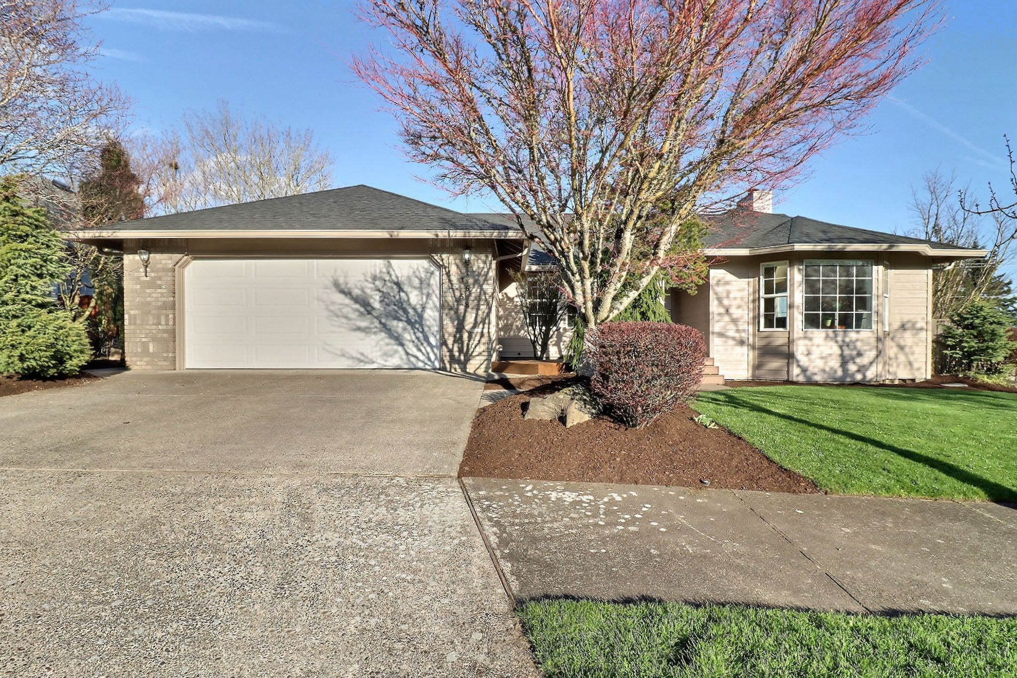1658 Sw Spence Ave Lovely Ranch Home W Great Views Enter To New Hardwood Flooring 2015 Skylight In Entry Bay Window In 2020 Side Deck Arched Windows Bay Window