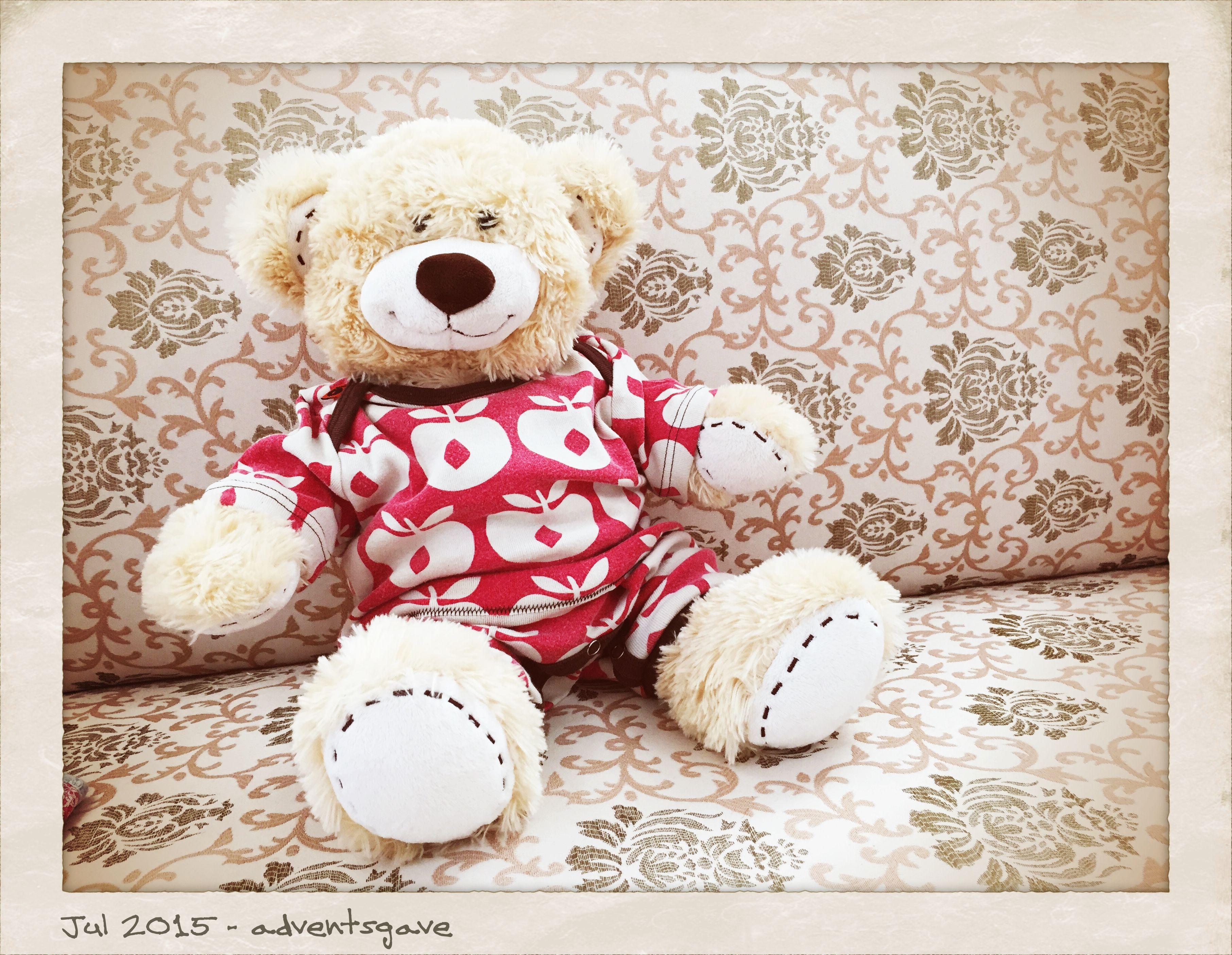 Sødt hjemmesyet tøj til build a Bear  - var så heldig at finde ud af at babytøj størrelse 62 passer næsten perfekt til build a Bear bamserne, arme og ben er for lange, men det kan heldigvis syes om! Her er det en heldragt der er blevet til et super sødt sæt tøj! Trutte får en hel lille kuffert fyldt med bamse-tøj i adventsgave ;0) håber hun bliver glad for alle kreationerne - Handmade by LS www.lisbeth-s.dk
