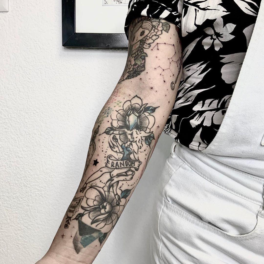 Constelación y estrellitas 🌟 ✨ amigos les comparto estos mini tattoos  con los que rellene la manga de mi hermana 🙏🏻 agradezco enormemente la confianza que me tuvo para hacer cada pequeña pieza de su brazo desde mis inicios del tattoo 🙏🏼🙏🏼 💜💜 . . . #tattoo #tattooartist #tattoostyle #stars #sleevetattoo #blackwork #sketch #sketchtattoo #art #instaart #instatattoo #tattooideas #minitattoo