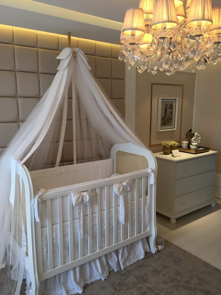 casa cor paraiba - quarto de bebe com cabeceira estofada, tons claros e toques de dourado. luminária pendente com cristais