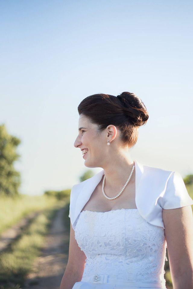 d095d1d0ee24 Spokojná nevesta so svadobnými šatami šitými na mieru v svadobnom salóne  EvaMária