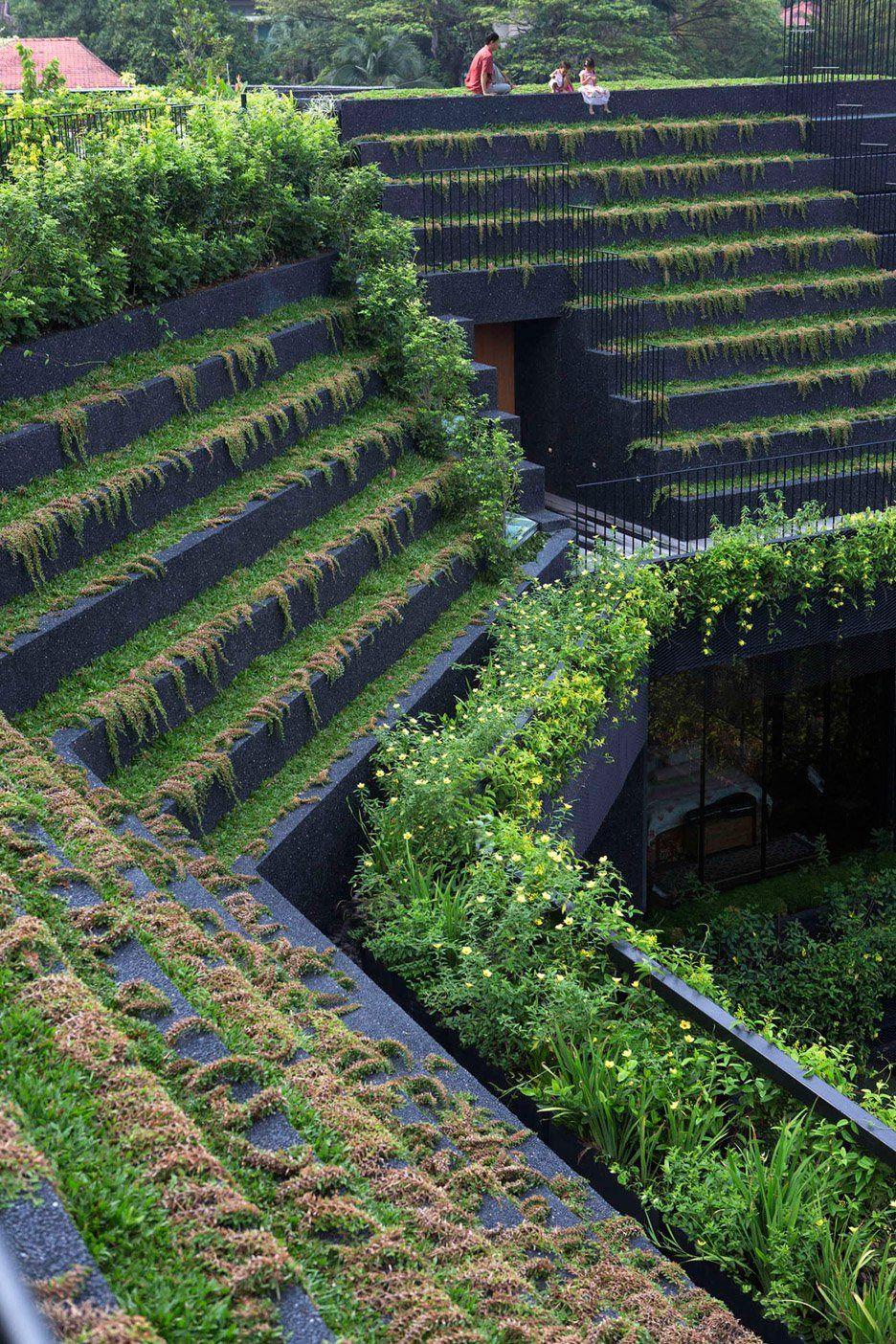 Chang Architects ontwierp een villa in Singapore met een dak dat geïnspireerd is op de terrasvormige Sawa. Met een zwembad als centraal punt heeft het de weelderige sfeer van de Hangende tuinen van Babylon.