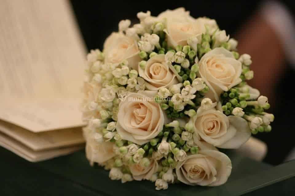 Bouquet Sposa Rose Avorio.Bouquet Rose Avorio E Buvardia Bouquet Matrimonio