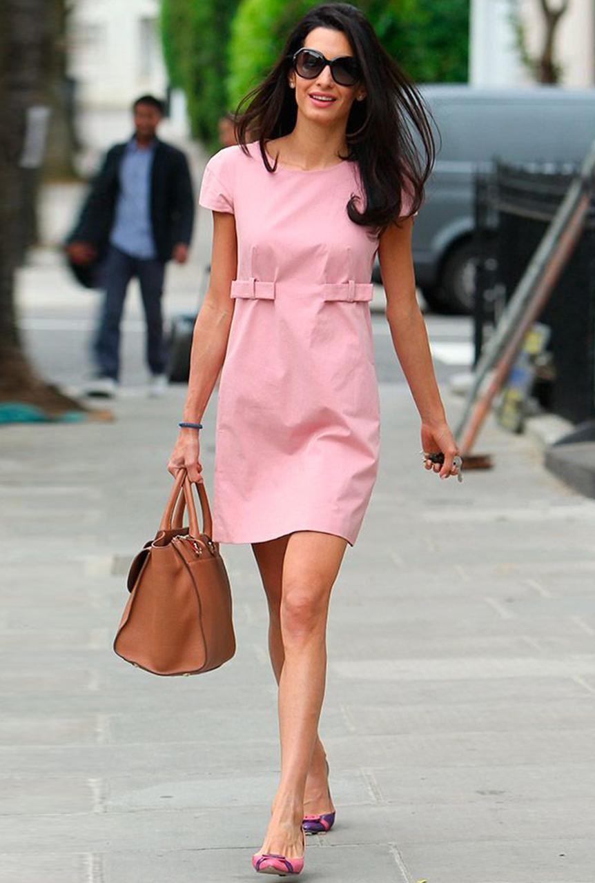 Conjunto vestido rosa, bolso marrón, tacones rosas y gafas negras ...