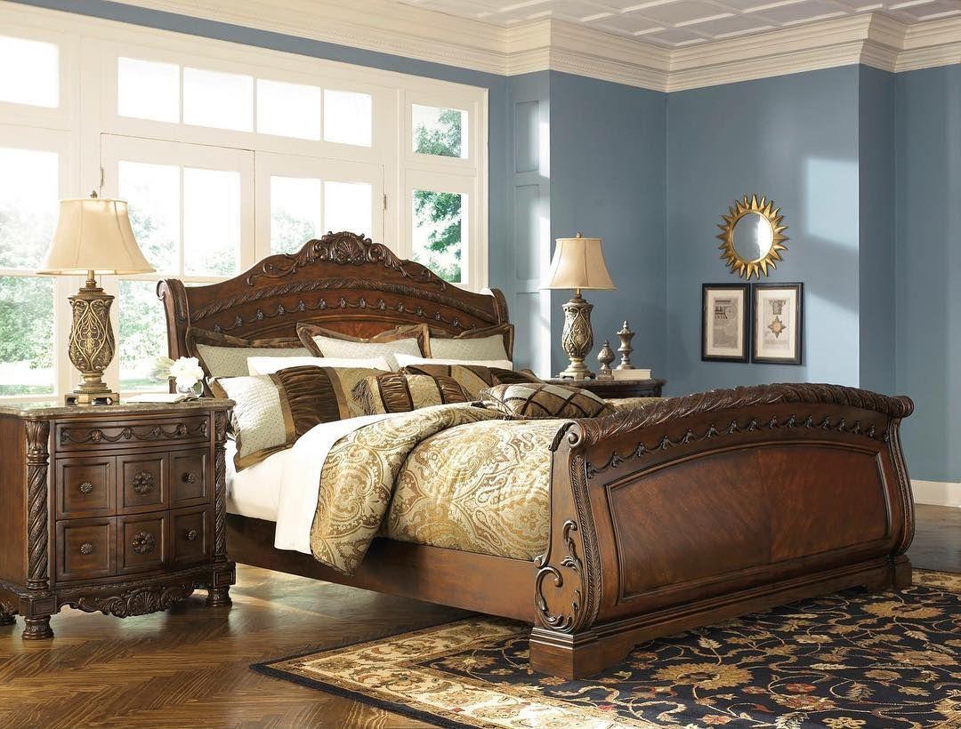 El Estilo Tradicional De Viejo Mundo Nos Sorprende Con Su Grandeza Y Romanticismo Y Nuestra Cama Northshore Wood Sleigh Bed Sleigh Bedroom Set King Sleigh Bed