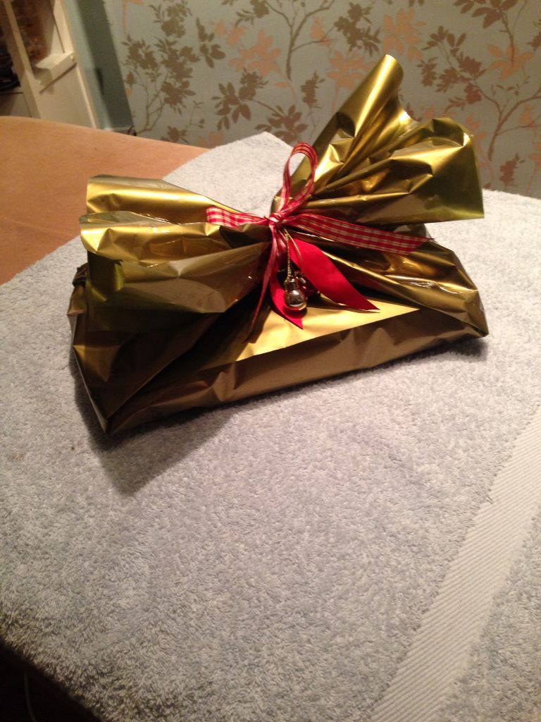Gold cellophane and red ribbon, what could be more seasonal | Gift ...