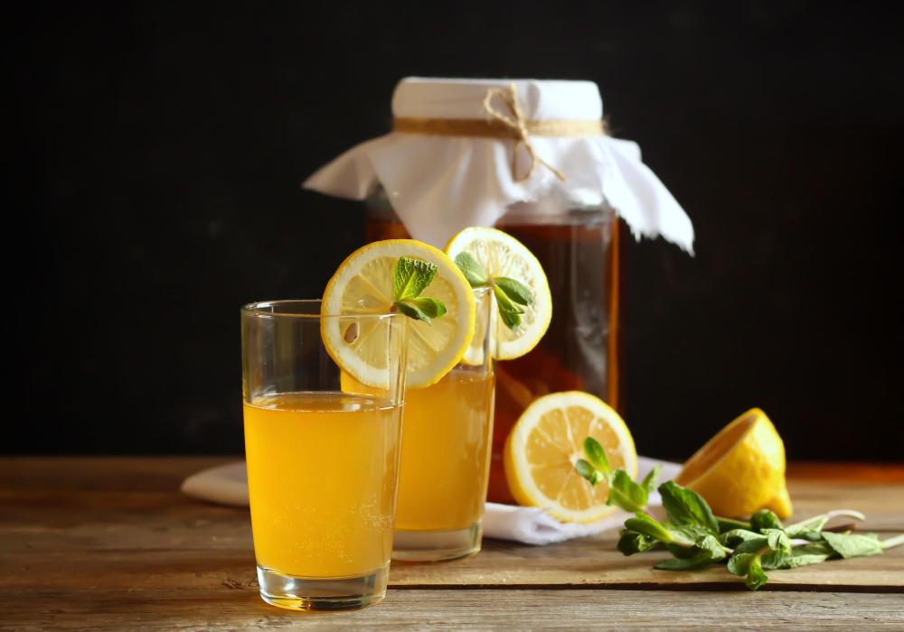 Kombucha selber machen: So gelingt das gesunde Getränk! #kombuchaselbermachen Kombucha ist nicht nur ein leckeres, sondern auch sehr gesundes Getränk! Hier erklären wir, wie du Kombucha selber machen kannst. #kombuchaselbermachen