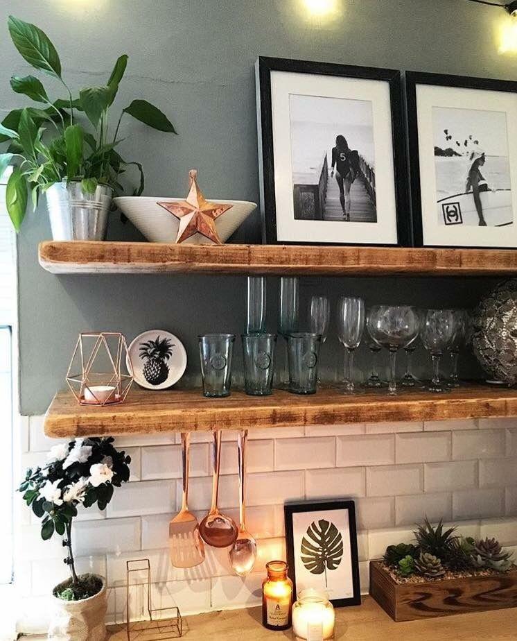 Wandfarbe mit Holzregalen und Bildern #kitchenextensions