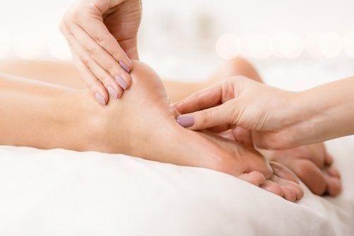 Brennende und schmerzende Füße — Besser Gesund Leben #huidverzorging