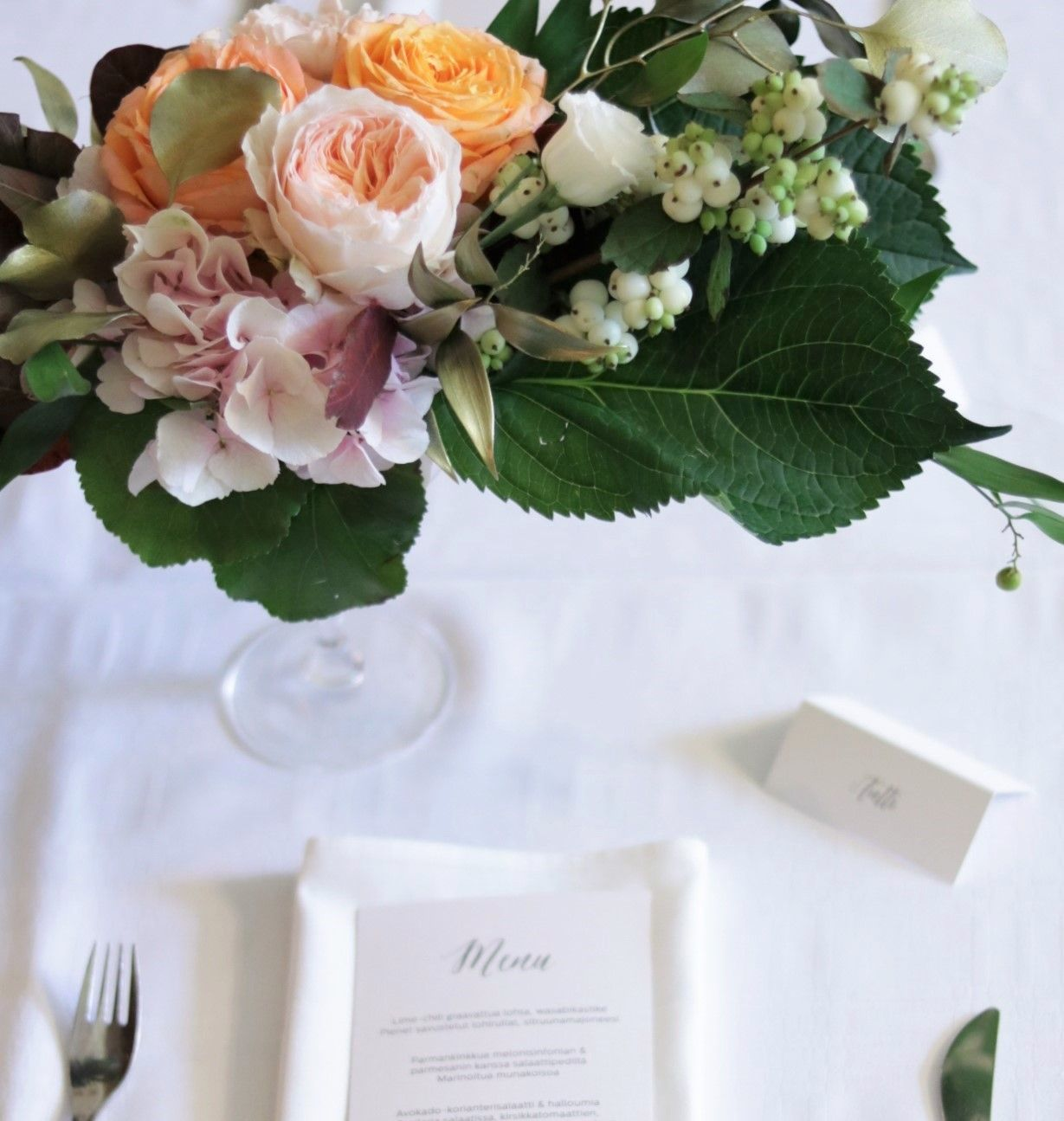 Coral gold and blush centerpiece, Helmivillakko Floral Design.