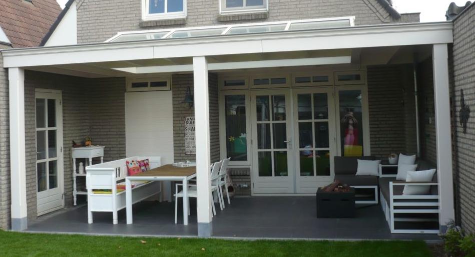 Klassieke veranda tussen muren tuin verandas