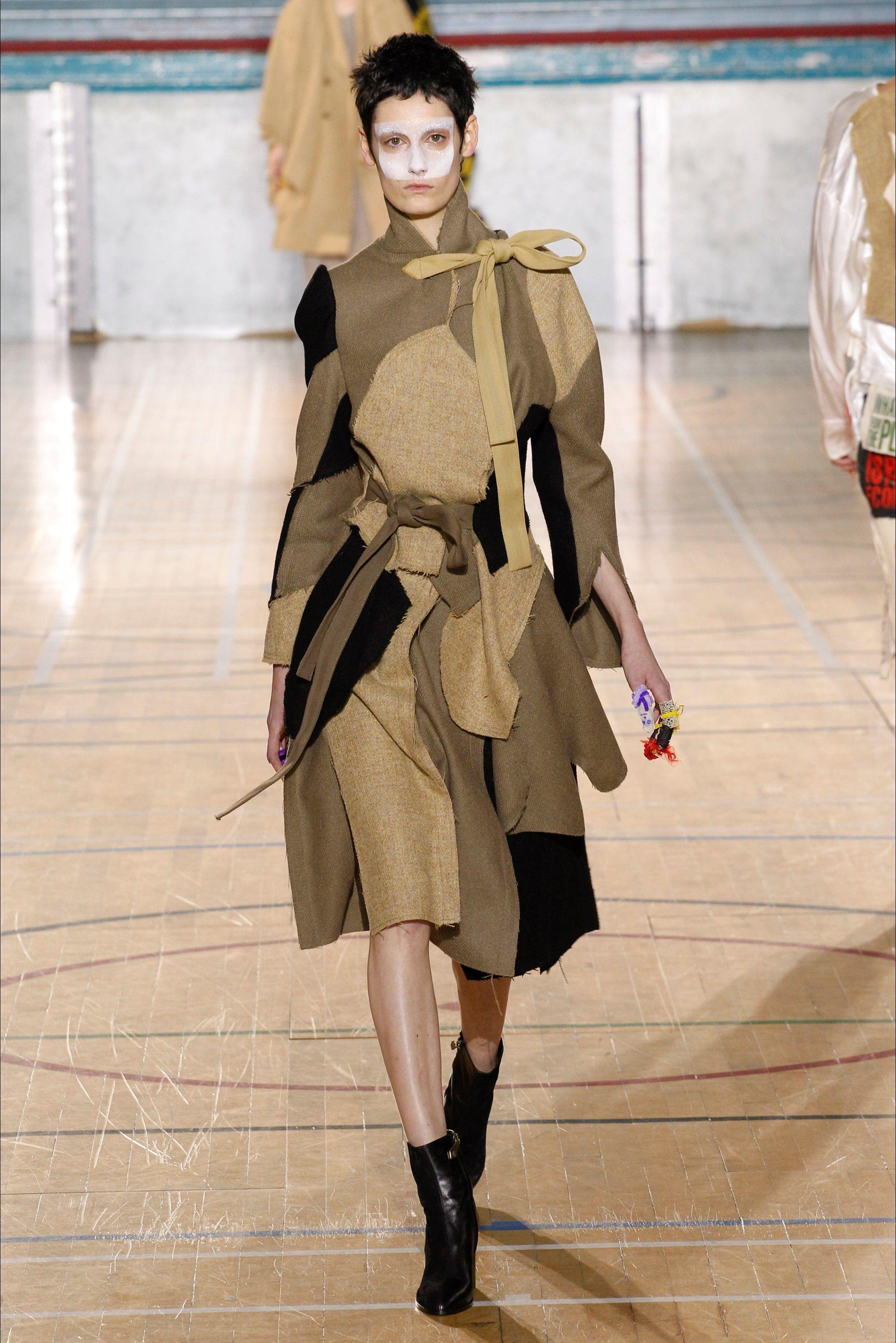 Guarda la sfilata di moda Vivienne Westwood a Londra e scopri la collezione di abiti e accessori per la stagione Collezioni Autunno Inverno 2017-18.