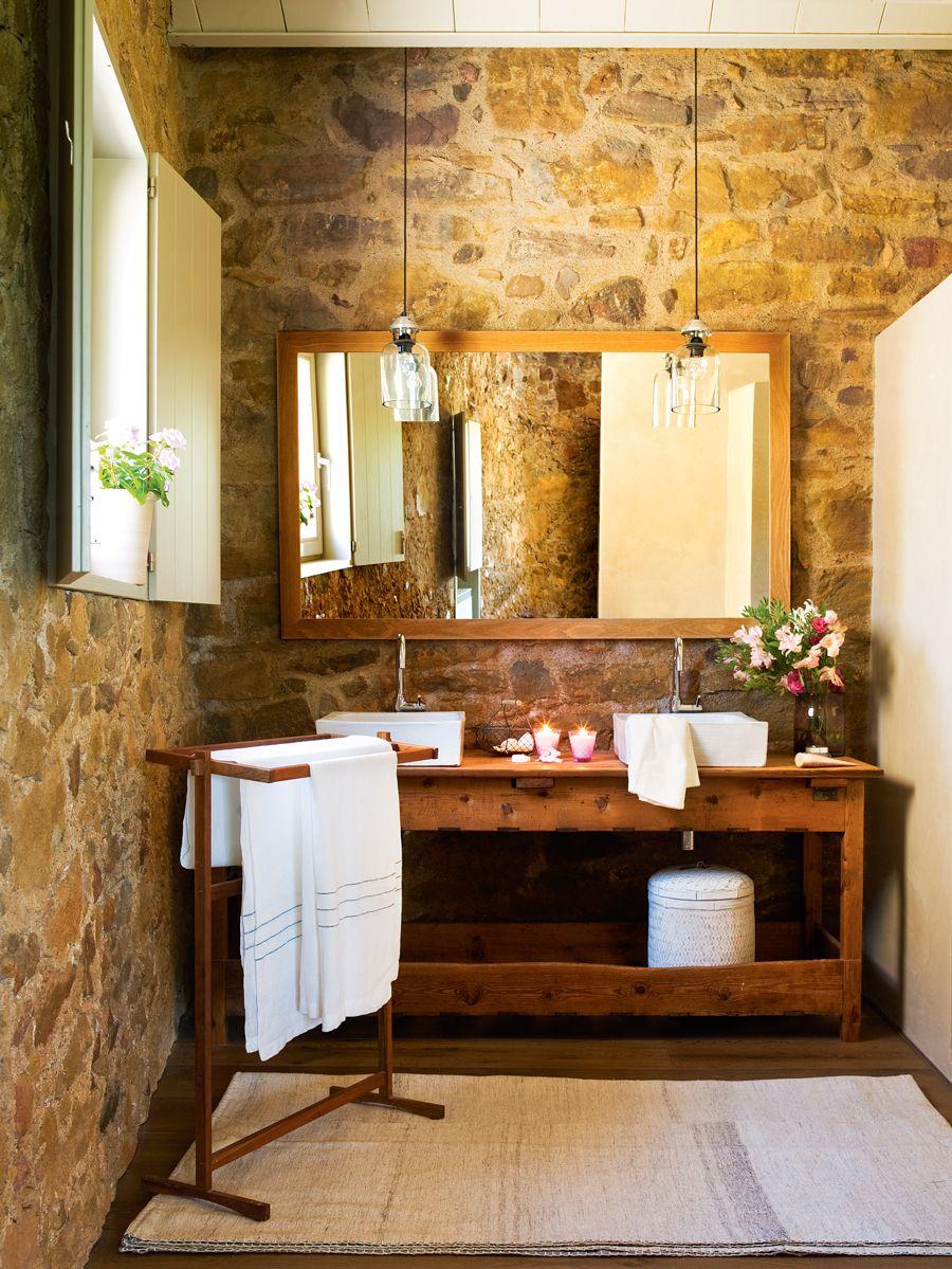 00391515. baño con mueble de oficio y pared de madera 00391515