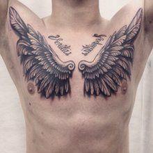 Татуировка крыло на груди