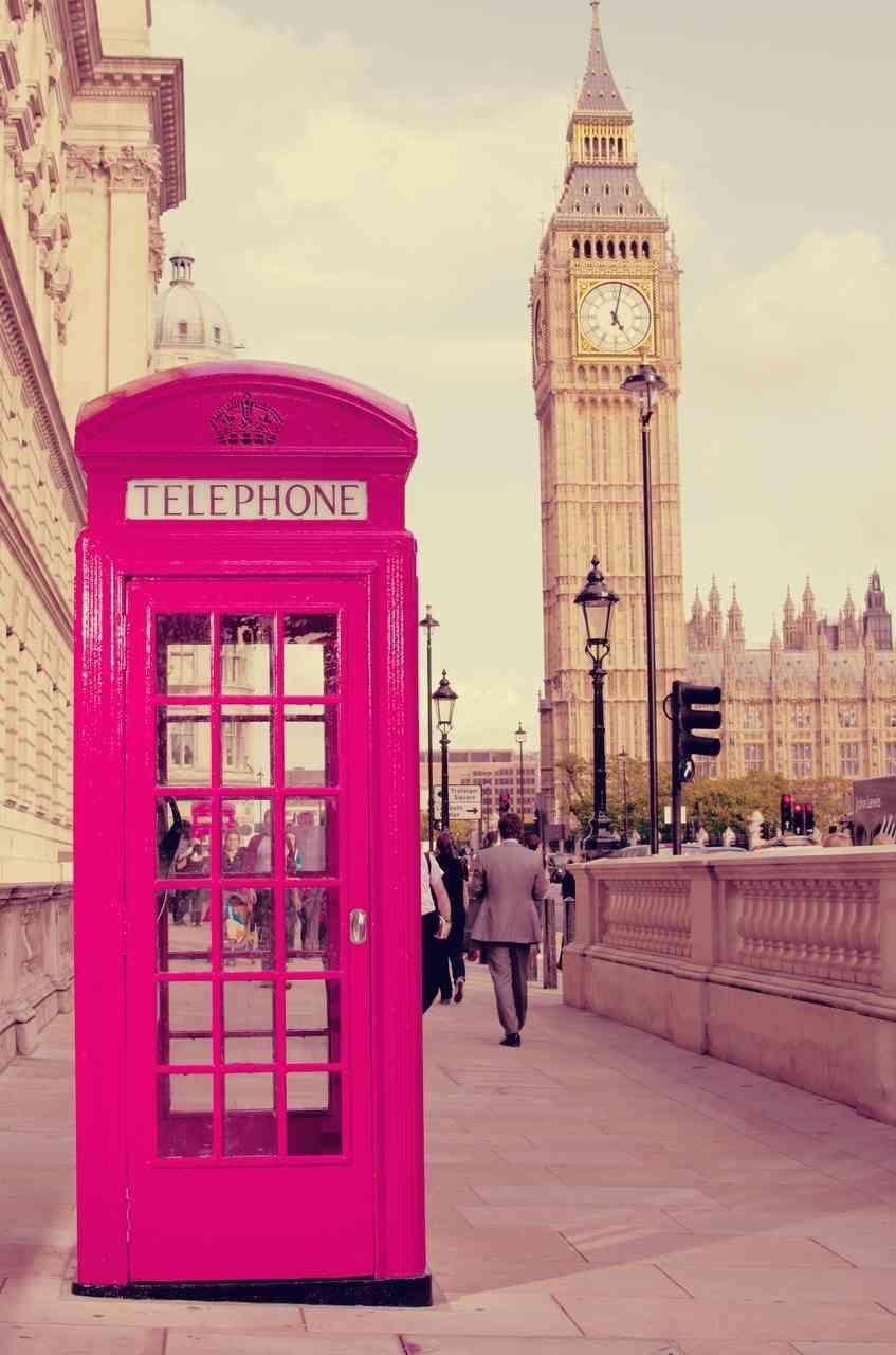 ピンクの電話ボックスだなんて イギリスはオシャレですね Mery