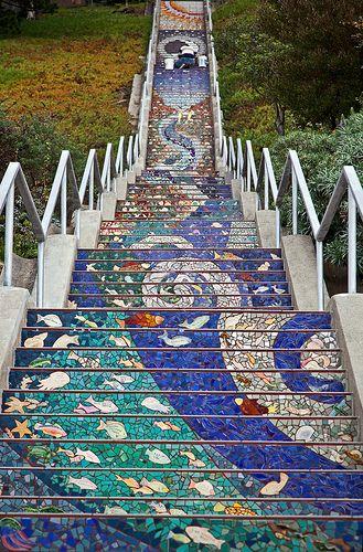 Degraus revestidos de cacos de azulejos em Sao Francisco, California, USA. Fotografia: Martin Taylor. Copyrighted.