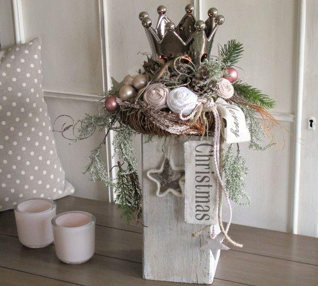 weihnachtsdeko krone von rosen umringt holzbalken. Black Bedroom Furniture Sets. Home Design Ideas
